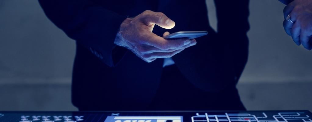 Επιχειρηματίας που ελέγχει τις Online πωλήσεις ξενοδοχείων